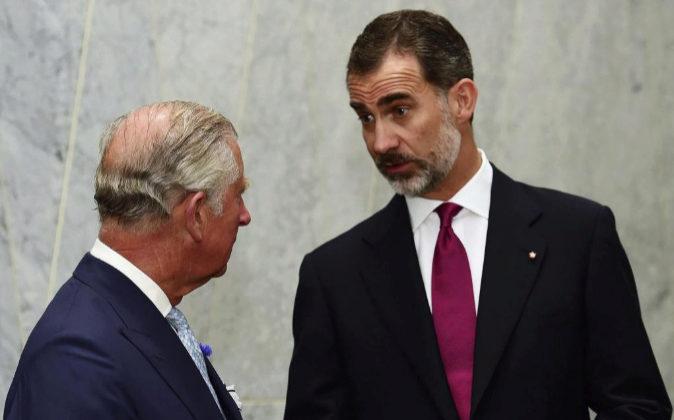 El príncipe Carlos, heredero de la corona británica, conversa con el...
