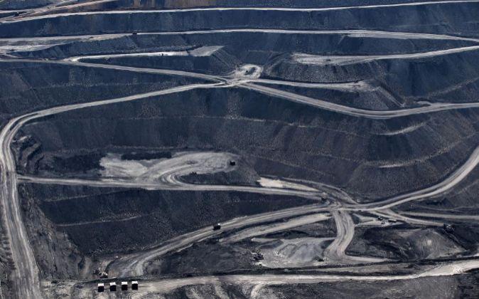 Vista de la carretera que conduce a la mina de carbón del Monte Owen...