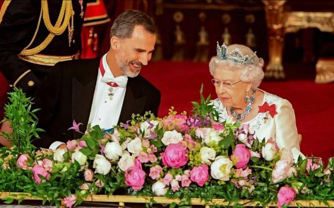 La reina Isabel II (d) conversa con el rey Felipe VI (i).