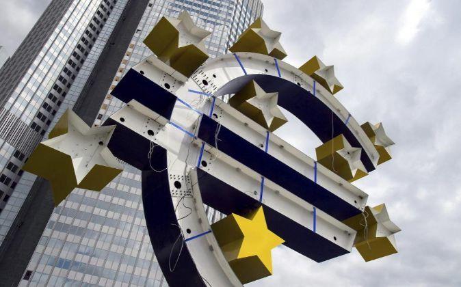 Vista de la escultura del euro frente a la antigua sede del BCE en...