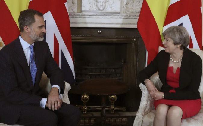 El rey Felipe junto a la primera ministra británica, Theresa May.