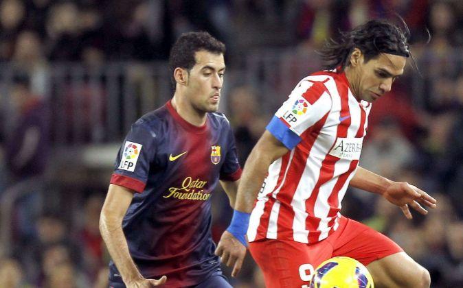 Radamel Falcao (d) intenta controlar un balón frente al barcelonista...