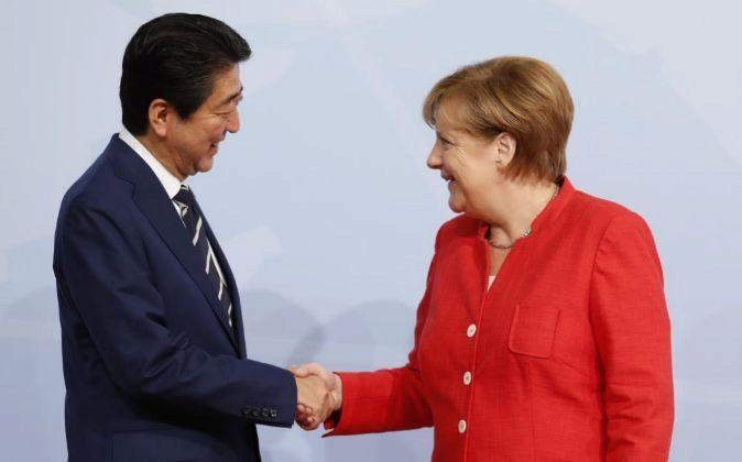 El primer ministro japonés Shinzo Abe estrecha la mano de la...