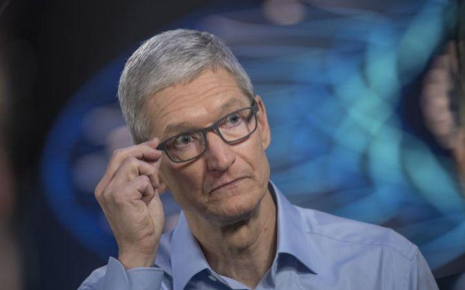 Tim Cook, de 56 años, ocupó la presidencia de Apple tras la muerte...
