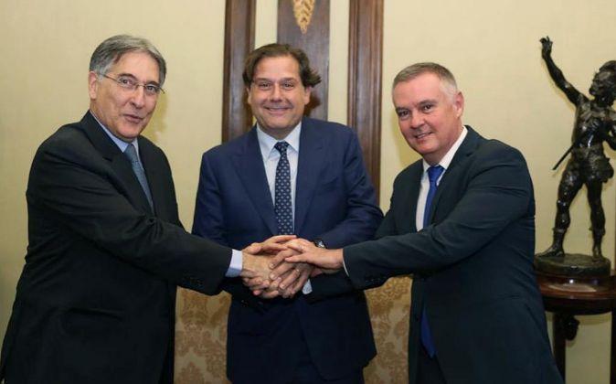 Ignacio Rivera, CEO de Hijos de Rivera, con el alcalde de  Poços de...