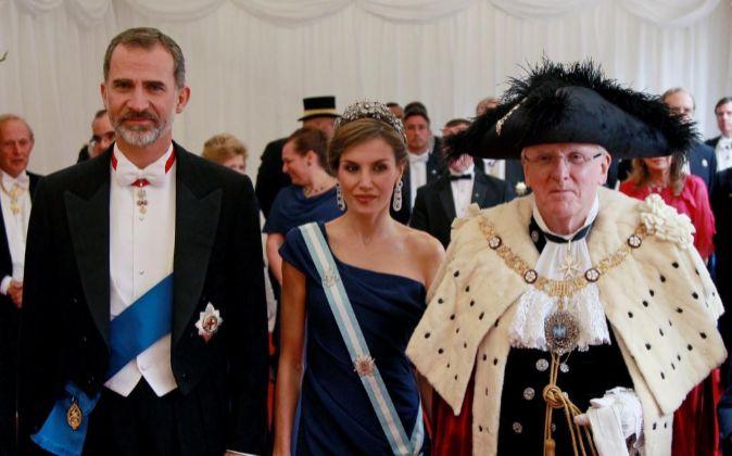 El rey de España Felipe VI (i), la reina de España Letizia (c) y el...
