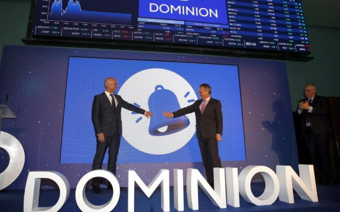 El presidente de CIE y de la compañía Dominion, Antón Pradera (d),...
