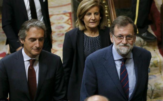 El presidente del Gobierno, Mariano Rajoy (d) y el ministro de...