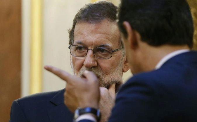 El presidente del Gobierno, Mariano Rajoy, conversa con el coordinador...