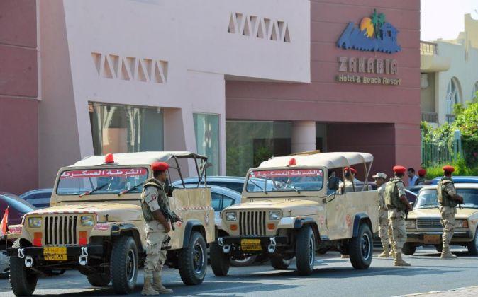 Miembros del ejército egipcio montan guardia frente a una de las...