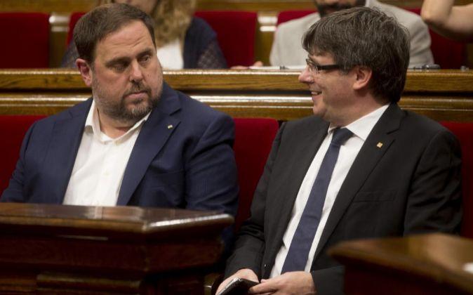 El presidente de la Generalitat de Cataluña, Carles Puigdemont, junto...