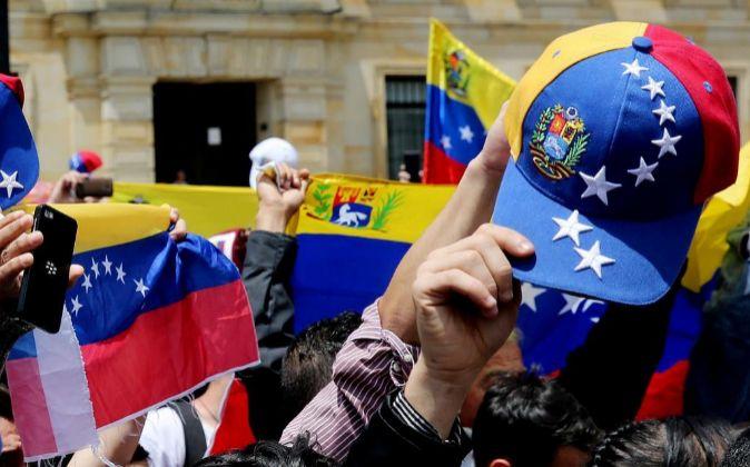 Cientos de venezolanos acuden a los puestos de votación durante la...
