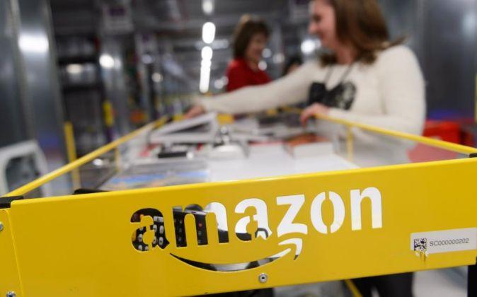 Trabajadores de la compañía Amazon en un centro de de la empresa.