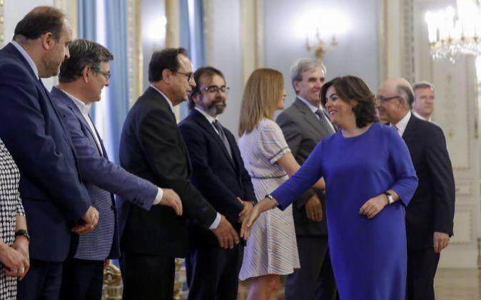 La vicepresidenta del Gobierno, Soraya Sáenz de Santamaría (2d),...