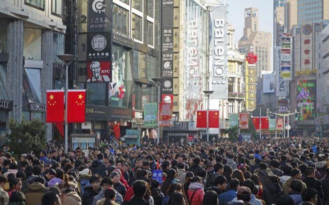 Peatones caminan por una calle de Shangái,  China.