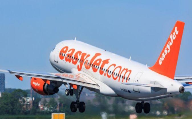 Un avión de easyJet despega.