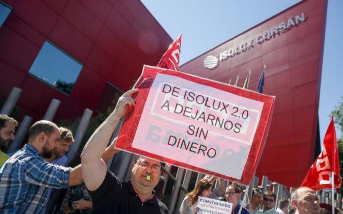 Un centenar de trabajadores protestan a las puertas de la sede de...