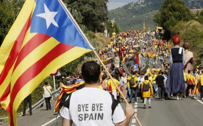 Un hombre porta una bandera independentista en una manifestación a...