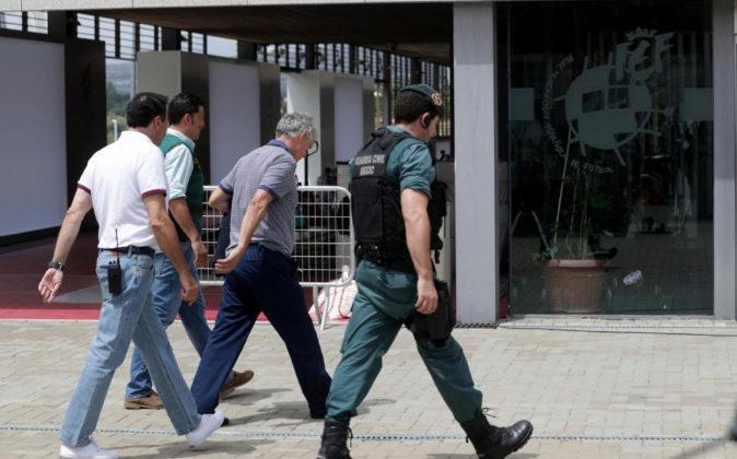 Angel María Villar (c), presidente de la RFEF, a su llegada a la sede...