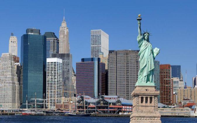 Estatua de la libertad junto al skyline de Nueva York.