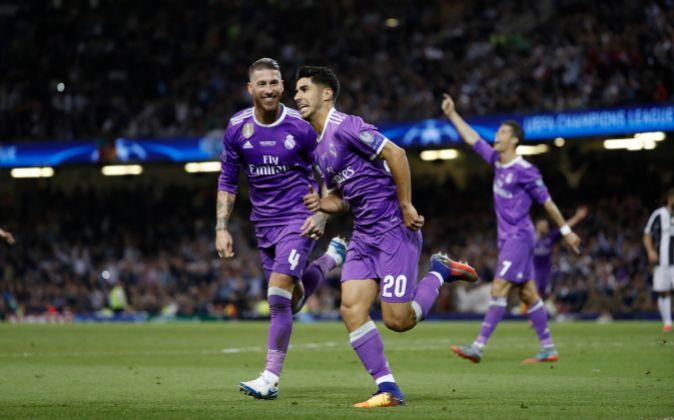 Los futbolistas del Real Madrid Marco Asensio y Sergio Ramos celebran...