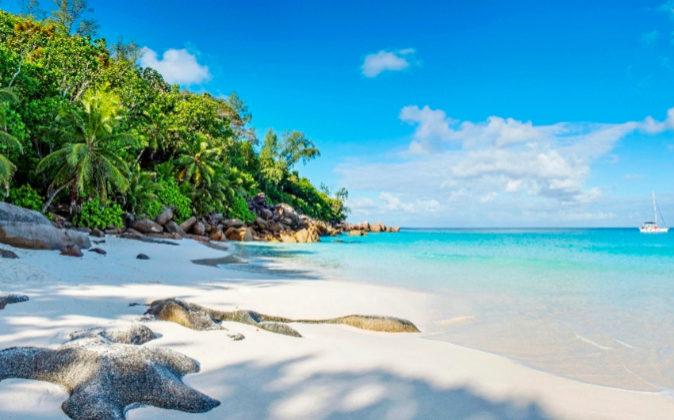 La playa de Anse Georgette, con acceso desde el hotel Constance...