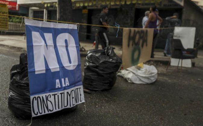 Un grupo de manifestantes cierra una avenida durante el paro general...