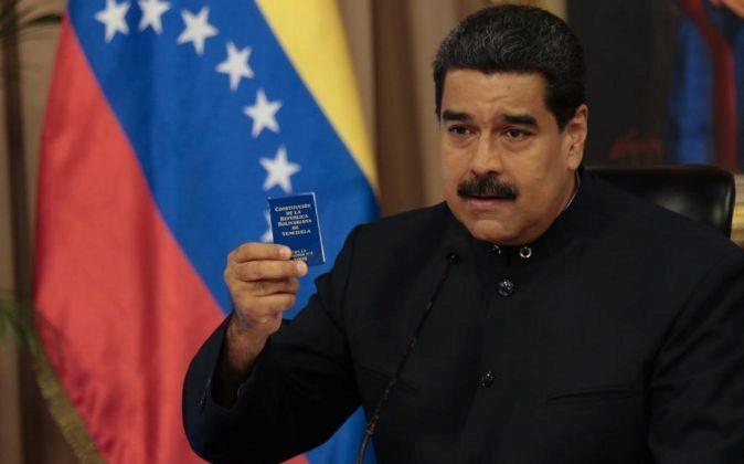 Nicolas Maduro, en una imagen de la semana pasada, con un ejemplar de...