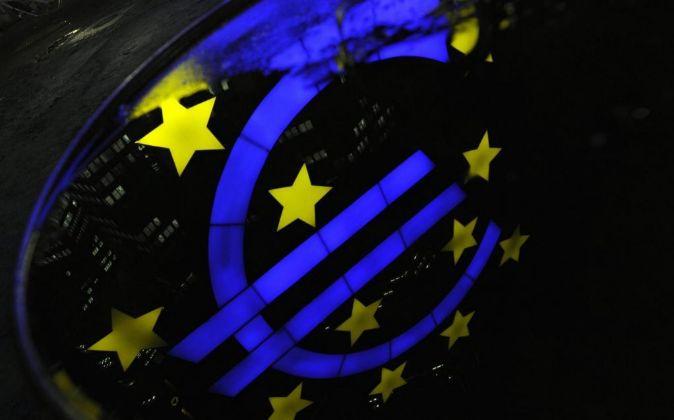 Escultura del Euro en frente de la Central Bancaria Europea (ECB).