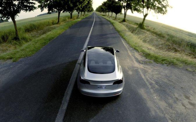 El nuevo Tesla Model 3 en plateado.