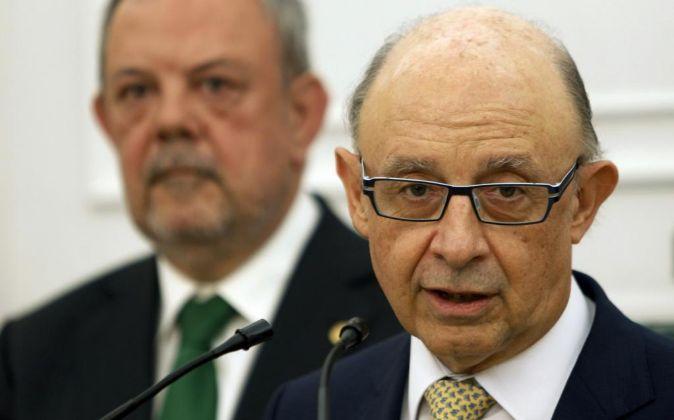El ministro de Hacienda, Cristóbal Montoro, en la rueda de prensa...