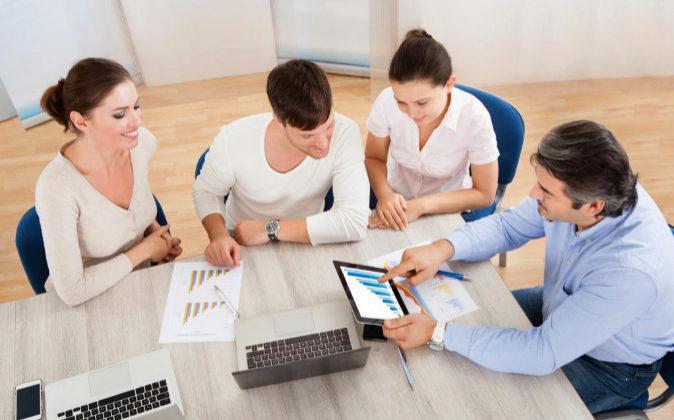 Imagen de varios empresarios en una reunión de trabajo.