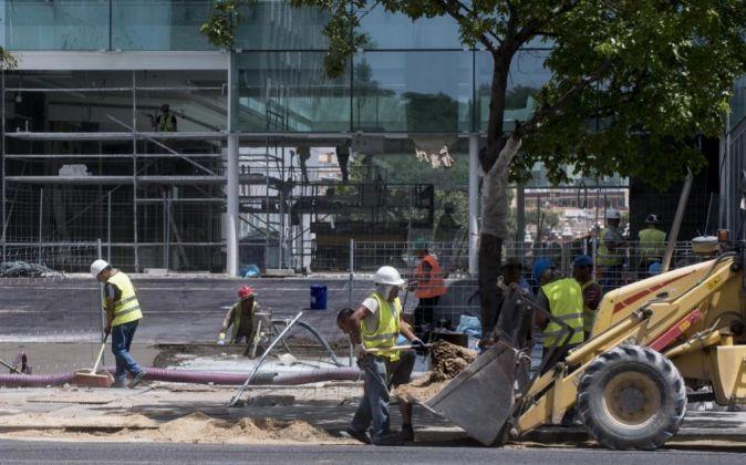 Trabajadores construyendo un centro comercial en Madrid.