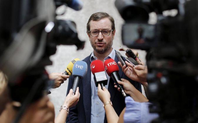 El diputado y vicesecretario general del PP, Javier Maroto, atiende a...