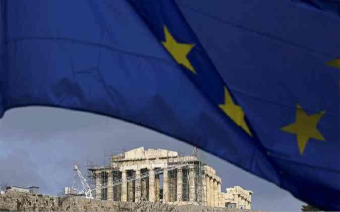 Imagen de Atenas bajo la bandera de la Unión Europea