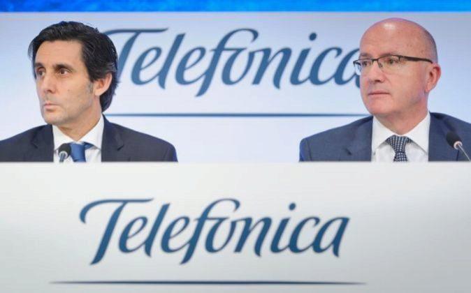 José María Álvarez-Pallete, presidente de Telefónica, acompañado...
