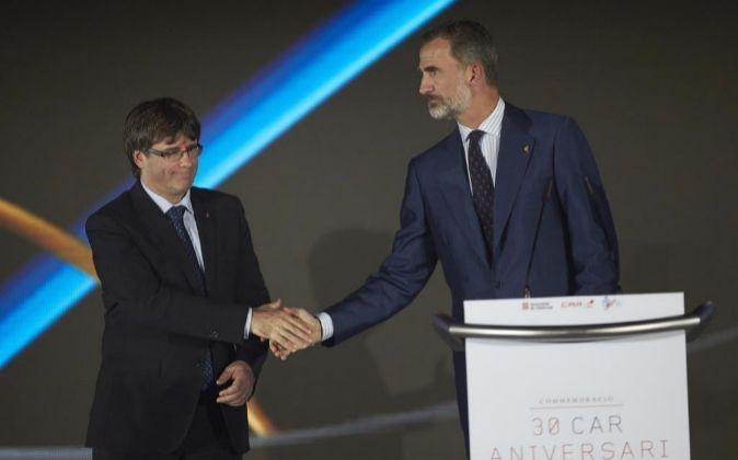 Felipe VI y Carles Puigdemont se dan la mano en el homenaje a...