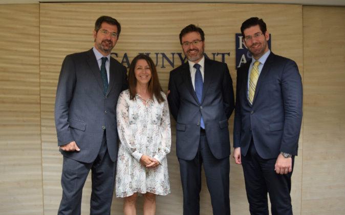 De izqda. a dcha., Joan Roca, presidente de Roca Junyent; Ana...