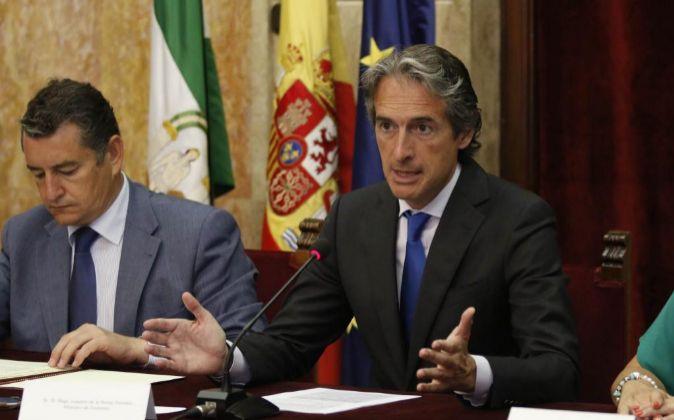 Íñigo de la Serna (d), ministro de Fomento, ayer, en Almería.