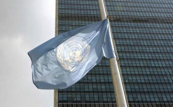 La bandera ondea a media asta en la sede principal de la Organización...