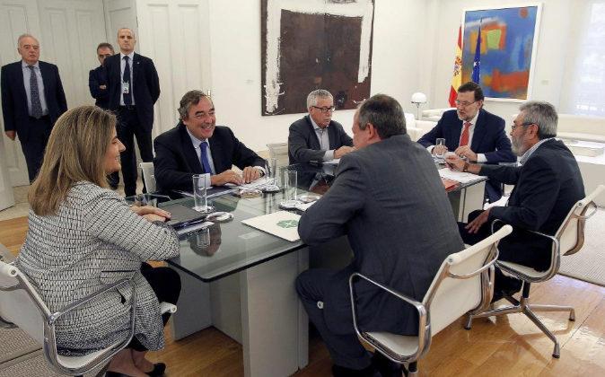 El presidente del Gobierno, Mariano Rajoy, acompañado de la ministra...
