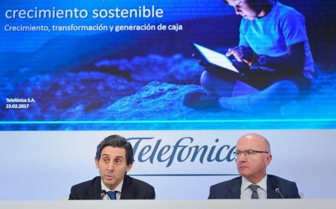 José María álvarez-Pallete, presidente de Telefónica, junto con el...