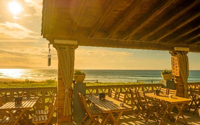Terraza cubierta enfrente del arenal de la Playa de Vega en...