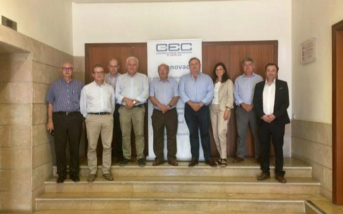 Los representantes de Coepa, CEC y Cepyme Alicante en la reunión de...