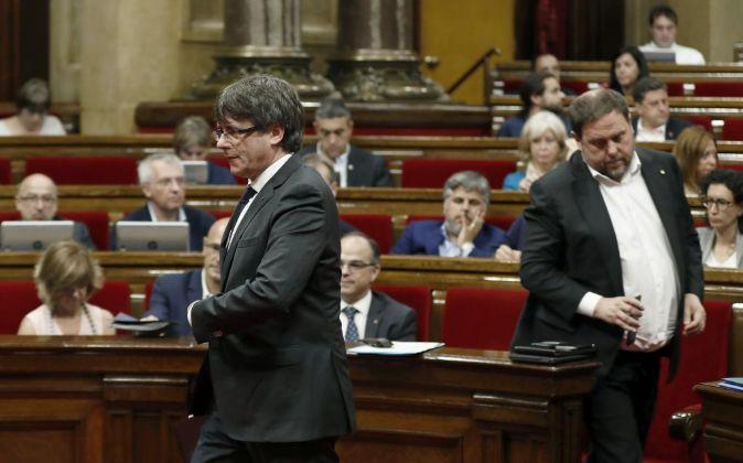 El presidente de la Generalitat, Carles Puigdemont (i) y el...
