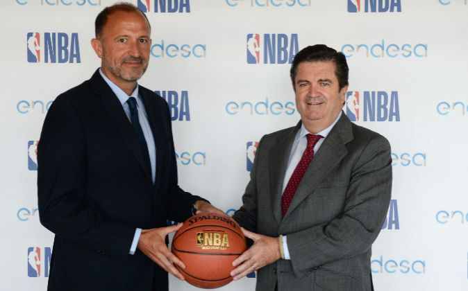 Chus Bueno, managing director de NBA Spain, junto a Borja Prado,...