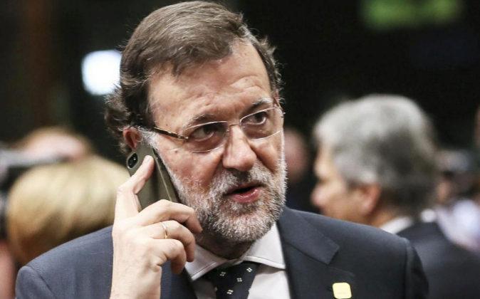 Imagen de archivo de Mariano Rajoy hablando por teléfono.