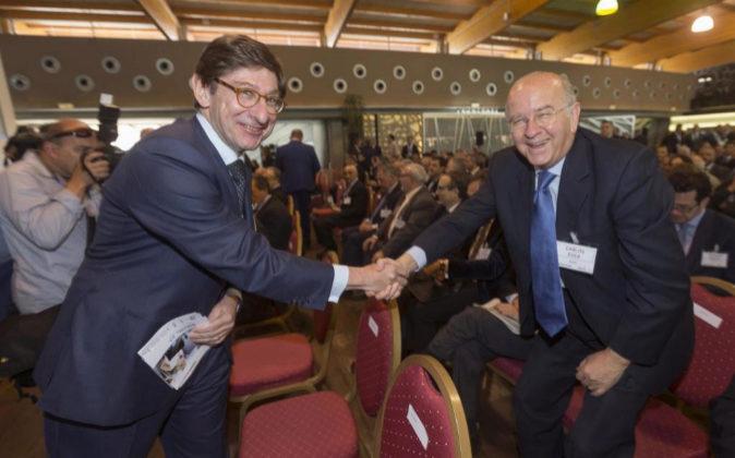 El presidente de Bankia Ignacio Goirigolzarri (i) saluda al presidente...
