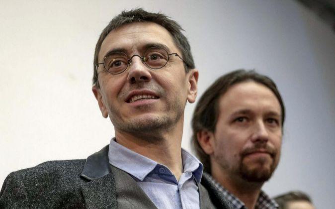 Juan Carlos Monedero (i), junto al secretario general de Podemos,...