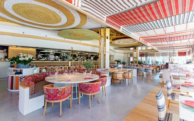 Está ubicado a escasos metros del mar y del Hotel W, en la...